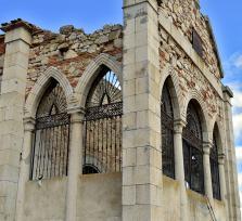 Capilla abandonada, en honor a su difunta hija Isabel